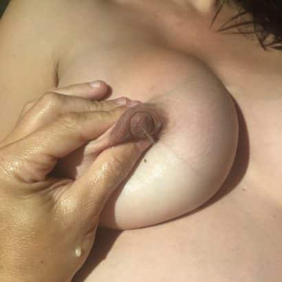 Muttermilch aus der Brust spritzen