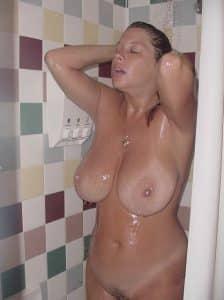 Dicke Titten Unter Der Dusche