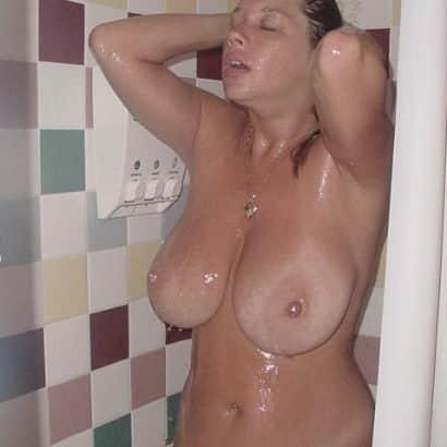 große Oberweite unter der Dusche