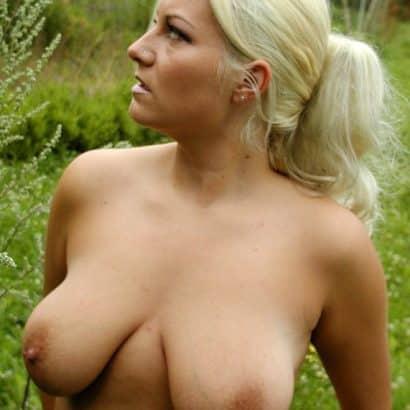 Blondine mit naturbusen
