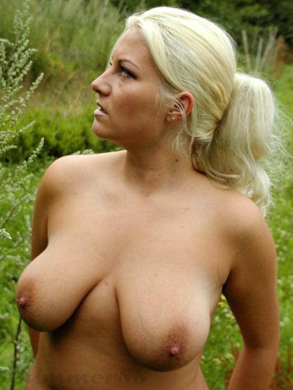 Alte frauen mit großen brüsten