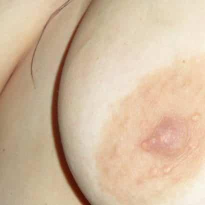 Hänger hat große Brustwarzen