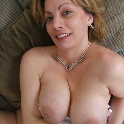 Milf zeigt ihr Brustpiercing