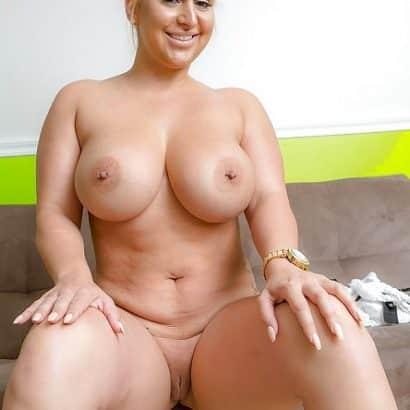 Türking mit Brustpiercing
