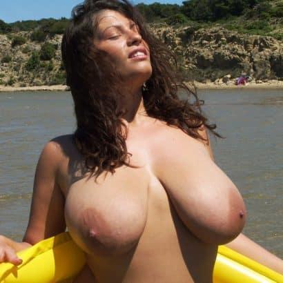 Große Naturtitten auf dem Meer