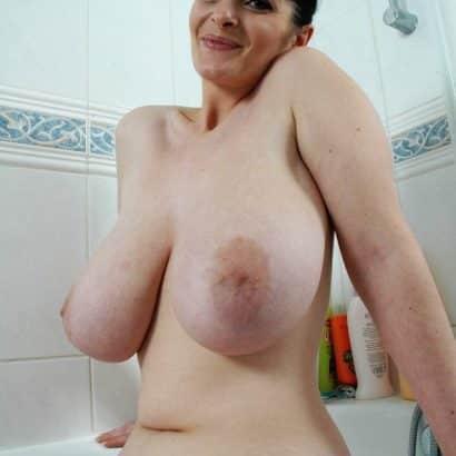 Große Naturtitten in der Badewanne