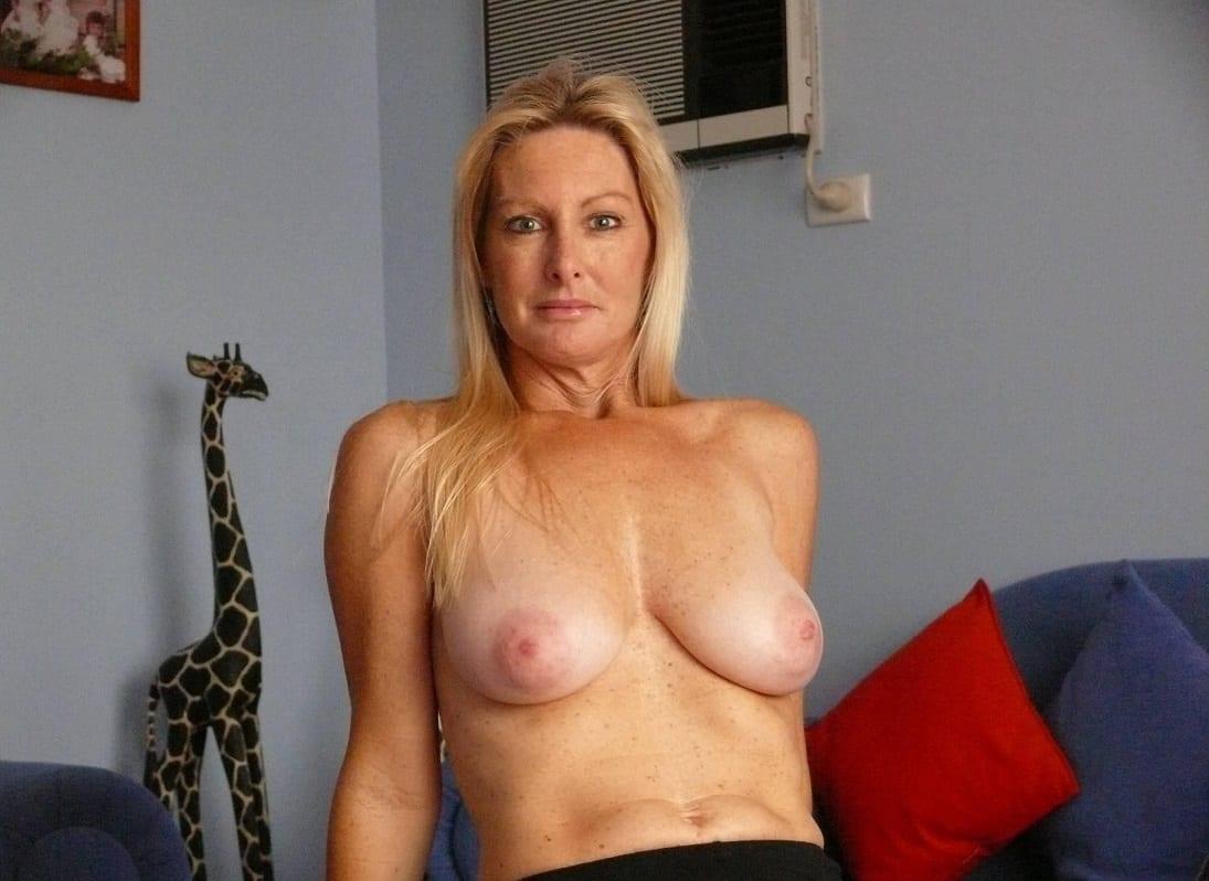 Blonde Milf auf die Titten gespritzt