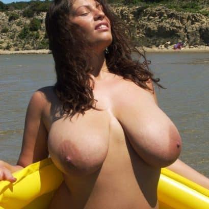 Schöne große Titten auf dem Boot