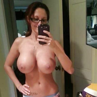 Fake Brüste vor dem Spiegel