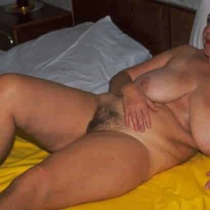Hängebrüste im Bett