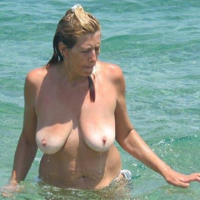 Hängebrüste im Meer