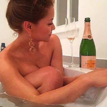 Kattia Vides in der Badewanne
