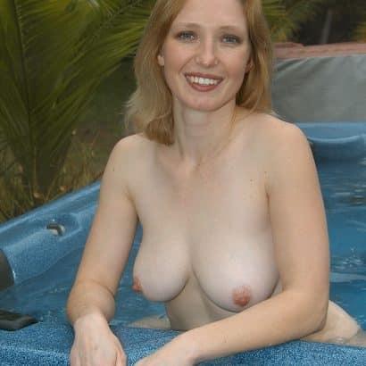 kleine Brüste im Whirlpool