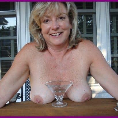 kleine brüste auf dem tisch