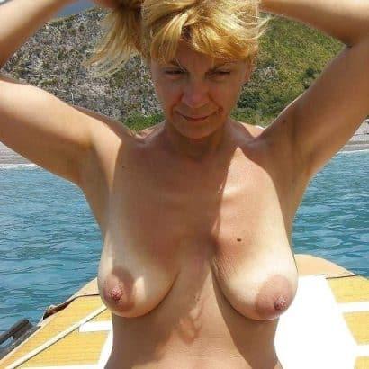 Hängebrüste auf einem Boot