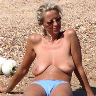 Hängende Brüste am Strand