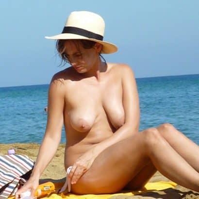 Nackte Brüste am Strand