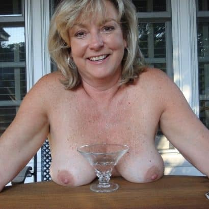 Nackte Titten auf dem Tisch