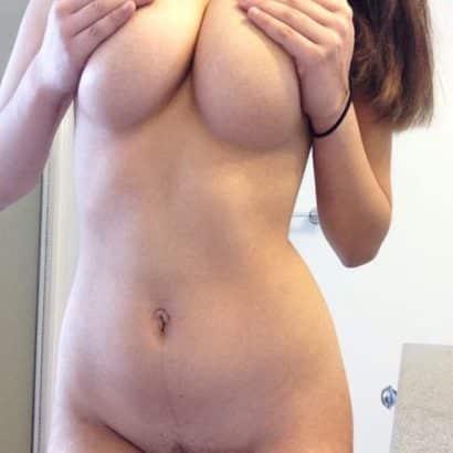 Perfekte Titten hochhalten