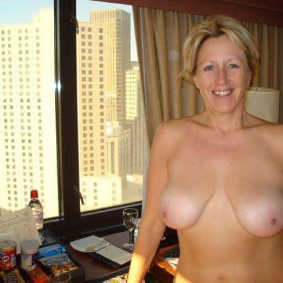 Frauenbrüste im Hotelzimmer