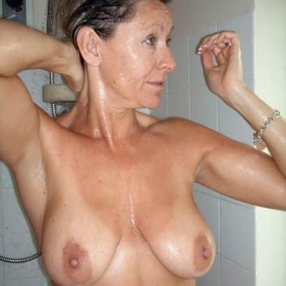 Hängetitten in der Dusche