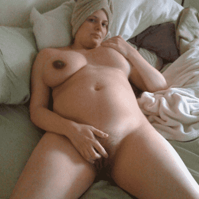 Schwangere Brüste im Bett