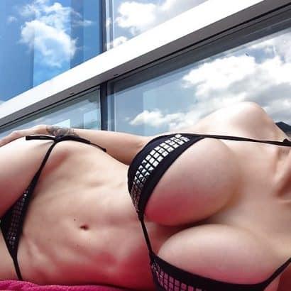Pralle Titten auf einer Decke