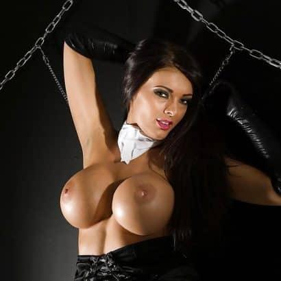 Dunkelhaarige Brüste aus Silikon