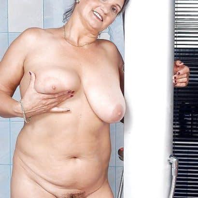 Oma Titten im Badezimmer