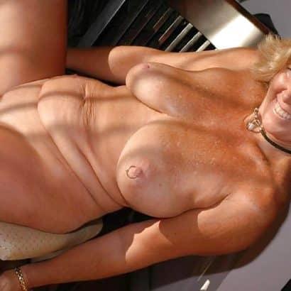 Oma Titten mit Piercing