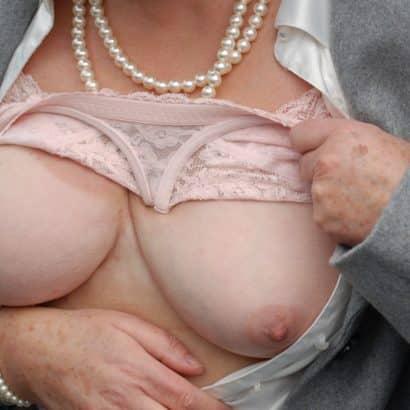 Oma zeigt die Brüste