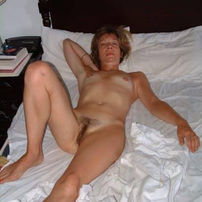 Kleine Brüste auf dem Bett