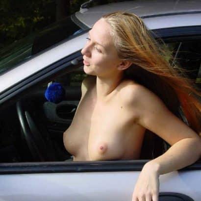 Kleine Brüste im Auto