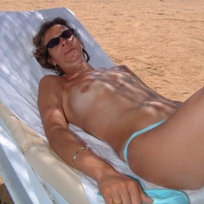 Kleine Brüste in der Sonne