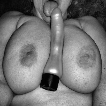 Amateur Dildo zwischen Brüsten