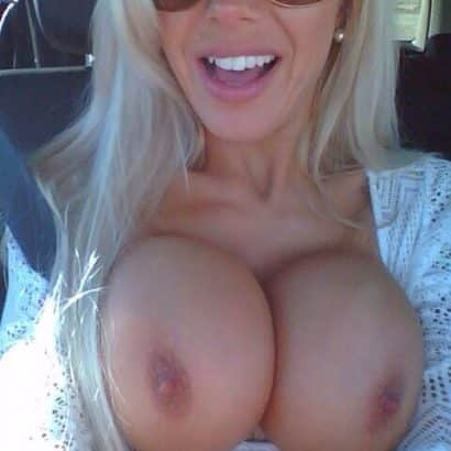 Fette Titten im Auto
