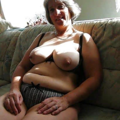 Alte Titten auf dem Sofa