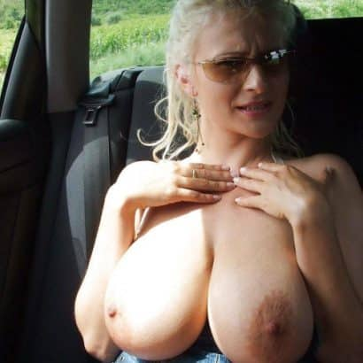 Titten brauchen luft bei der autofahrt