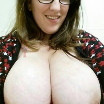 Nerd mit Brustpiercing