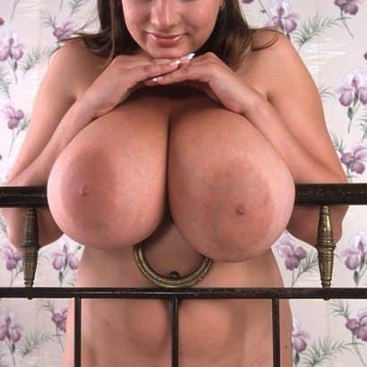 Schöne große Titten am Bett