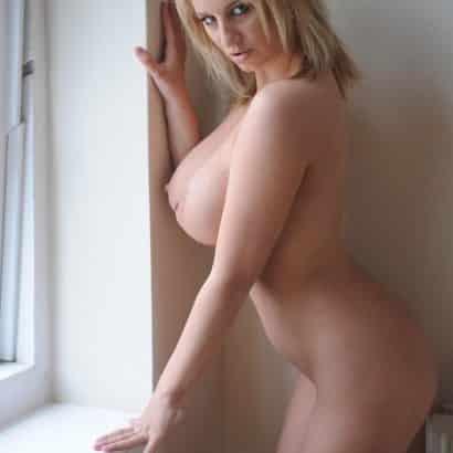 Schöne große Titten am Fenster