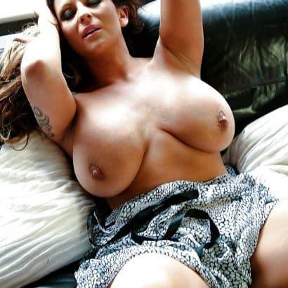 Bilder von Brüsten im Bett
