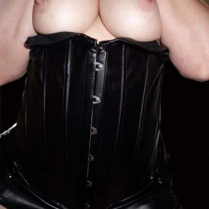 Bilder von Brüsten in Korsett