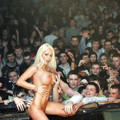 Silikon Titten auf der Bühne