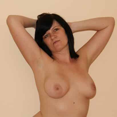 schwarzhaarige kleine brüste