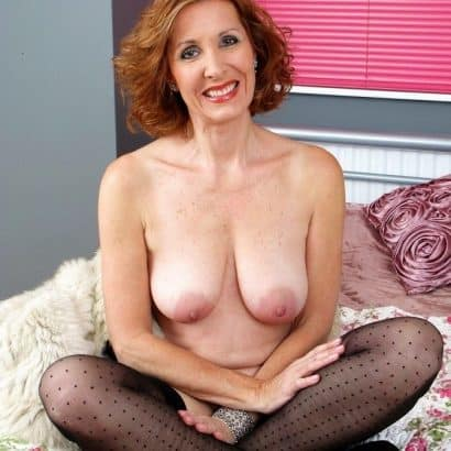 Ältere Frau mit hängenden Brüsten