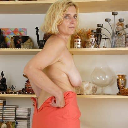 Blonde Frau zeigt Hängebrust