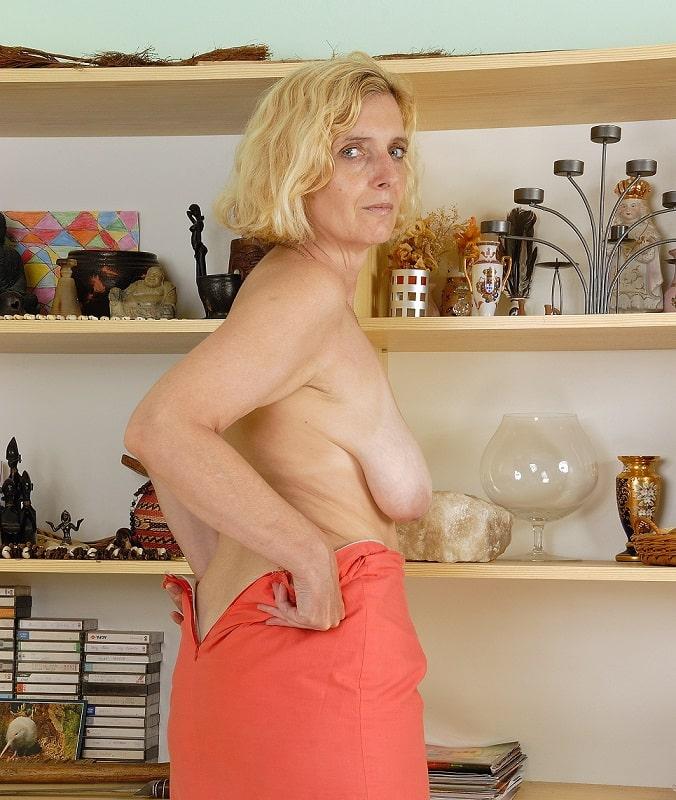 Frau zeigt brüste nackt