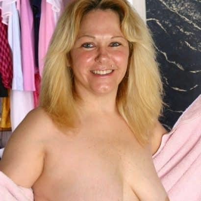 Blonde zeigt Titten