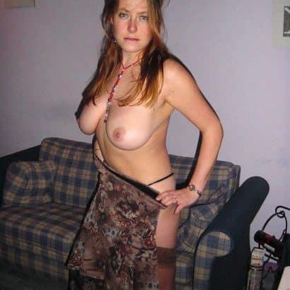 Junge Frau hängende Brüste
